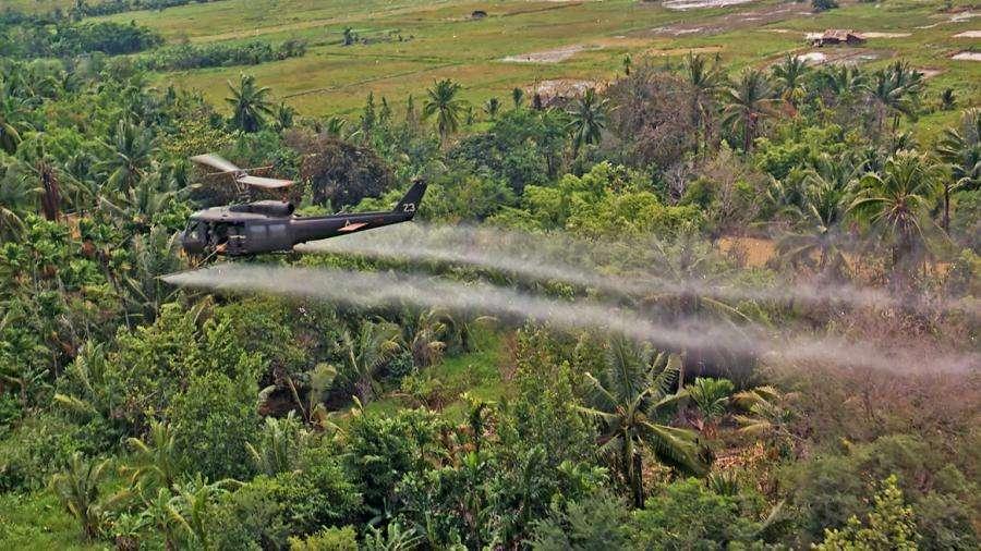 Americký vrtulník rozprašuje Agent Orange v deltě Mekongu