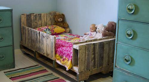 camas hechas a base de palets queda perfecto y muy decorativo manteniendo el aspecto de madera pero se podra pintar del color que mas nos guste